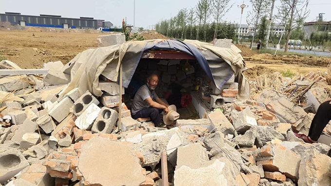 农民小金的父亲居住在自己搭建的窝蓬里(村民提供)