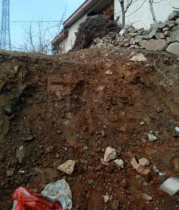 村民家门前被挖出的大坑阻碍出行(村民提供)