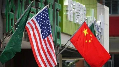 图为中美国旗挂在北京一家酒店的门口。(法新社资料图片)