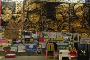 原本以便利贴为主的香港反送中运动「连侬墙」不断进化,贴满图像与文宣,最近更出现大如电影海报的连侬墙图像,彷佛街头艺廊。(摄影/刘贰龙)