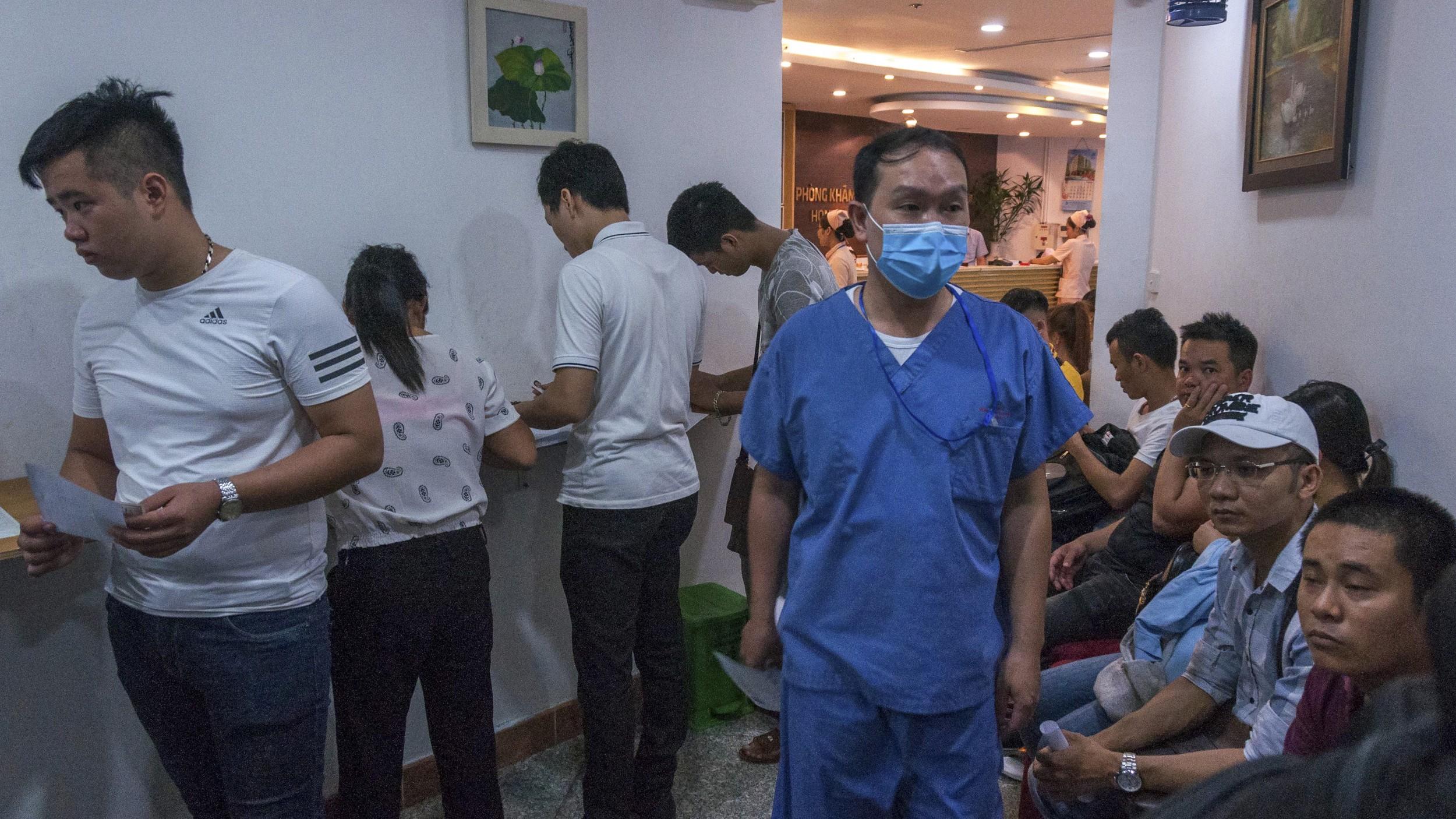 图说:河内一间专做越南劳工来台工作的体检医院,平日上午挤满等候检查的工人。(摄影/简永达)