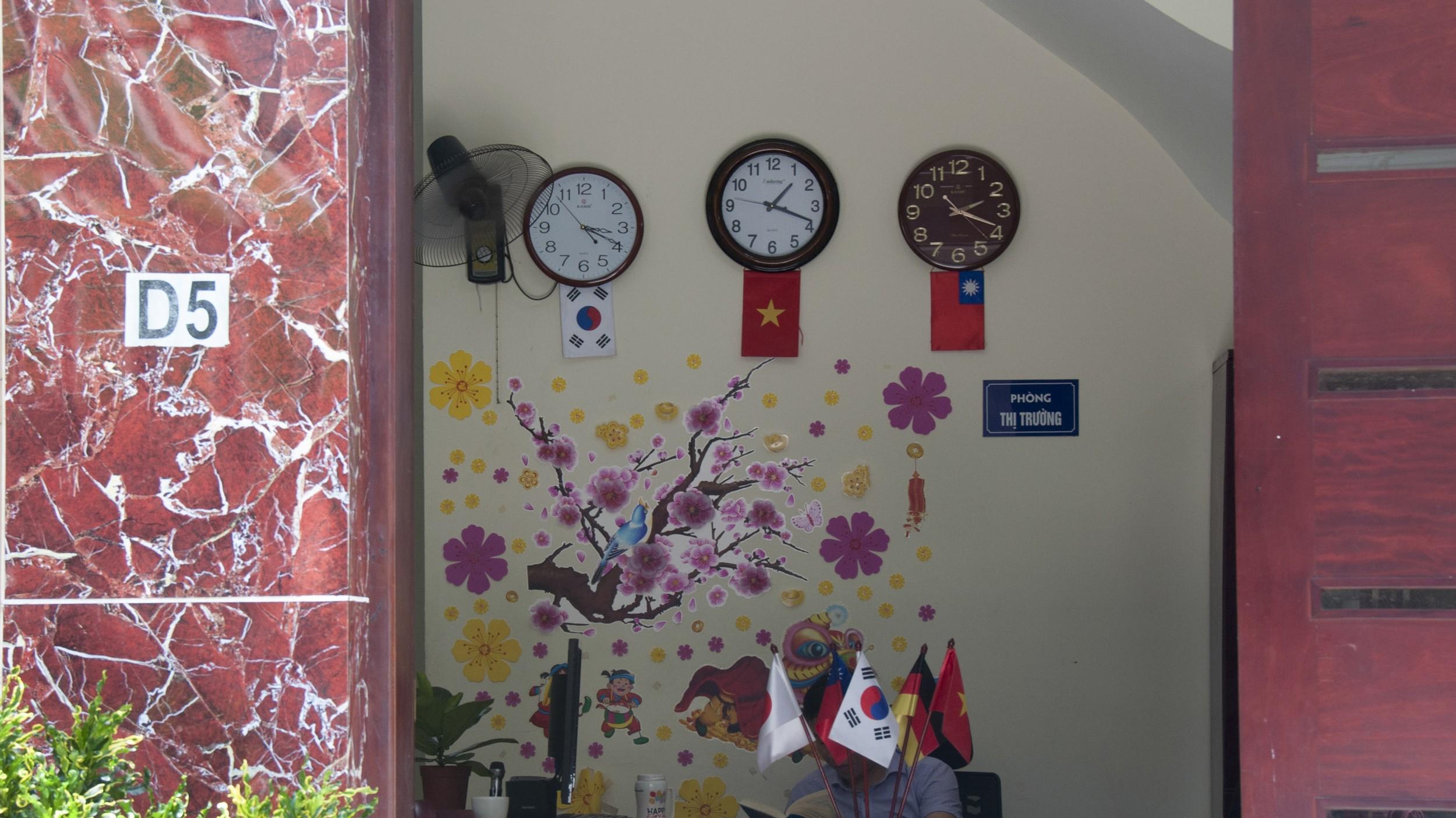 图说:专营台湾市场的越南中介公司,门口没有明显的招牌,桌上的中华民国国旗是少数可辨认的线索,如今也多了日本、韩国的国旗。(摄影/简永达)