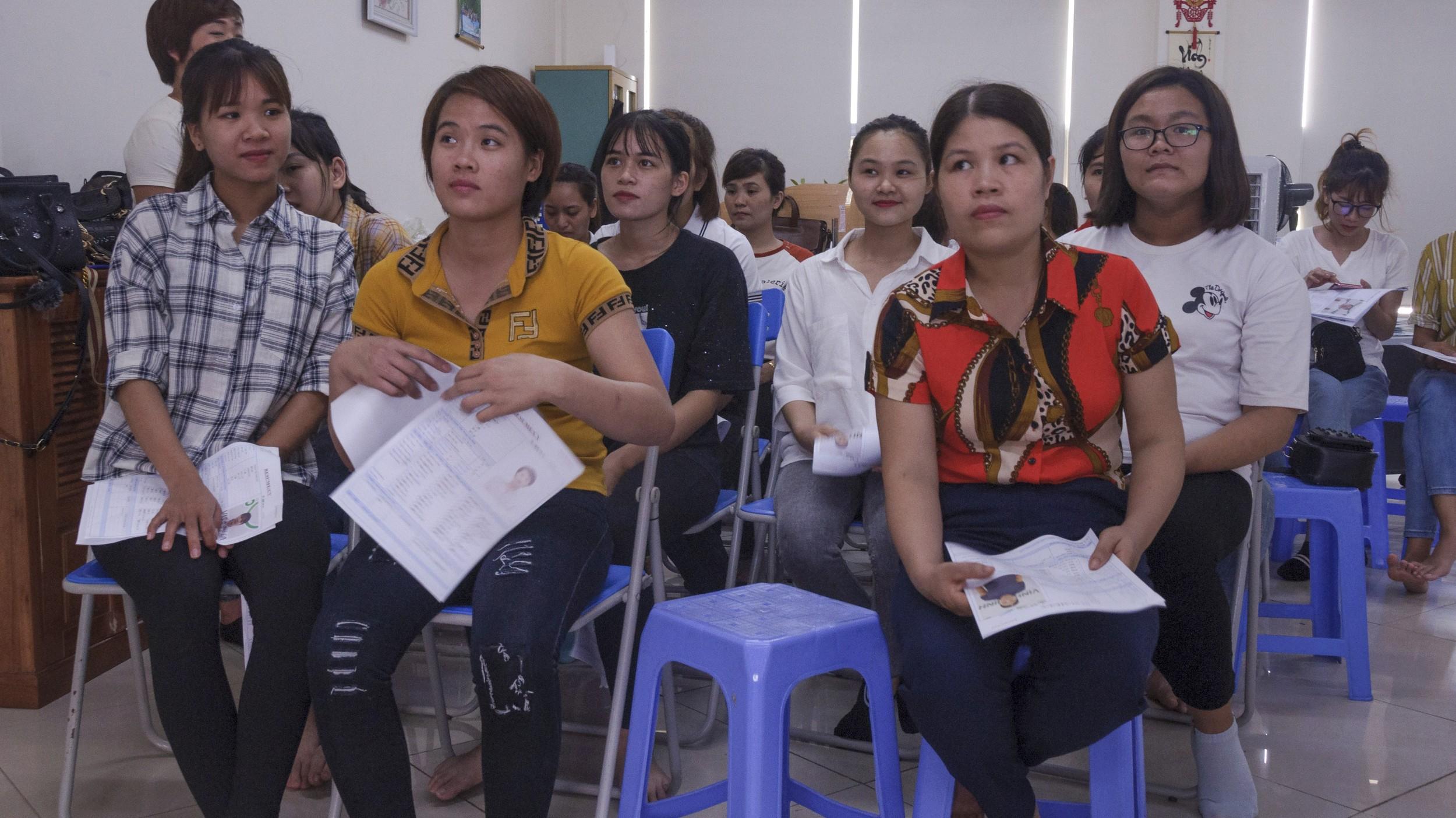 图说:台湾的电子业工厂,因为移工零收费的改革,在越南招聘时仍能吸引不少工人。图为一所越南中介公司所举办的招工现场。(摄影/简永达)