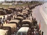 长驱直入的军车,因为受到市民学生的阻拦,无法行进。(Public Domain)