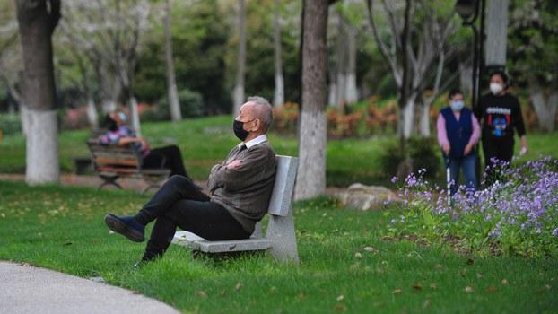 2020年3月26日,中国武汉的一个公园里人们在休憩。(法新社)