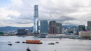 """香港维多利亚港一艘船上悬挂布条""""贺国安立法""""。(法新社)"""