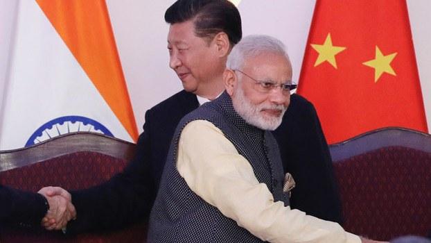 中国近年向外扩张,对印度威胁加大,使印度往印太战略靠拢。图为习近平与莫迪2016年在印度参加金砖会议。(美联社)