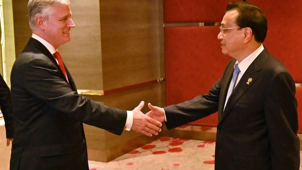 美国刚上任的国家安全顾问罗伯特·奥布莱恩(Robert O'Brien)代表美国总统特朗普参加东盟峰会,与中国总理李克强(右)握手。(法新社)