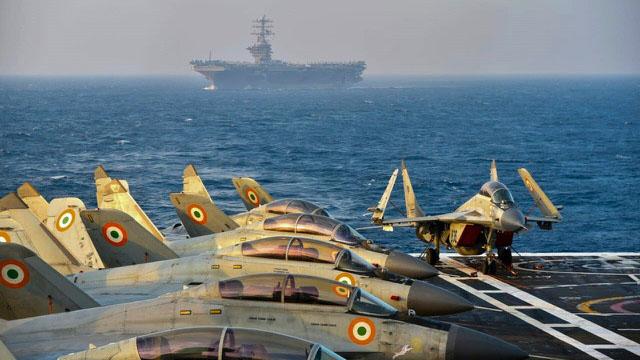 """印度海军参谋长卡拉姆比尔·辛格说,""""大国竞争正在印度洋地区非常有力地进行,印度海军加强了在印度洋地区的监视和活动,以制止中国的野心""""。(法新社)"""