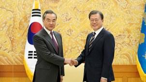 韩国总统文在寅11月26日在青瓦台会晤中国外交部长王毅,王毅转达习近平的口信。习近平在口信中感谢文在寅的国事访问邀请,并称将在条件允许时访韩。(法新社)
