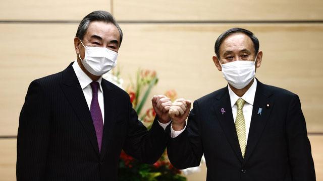 王毅11月24、25日访问日本,会晤日本首相菅义伟。(法新社)