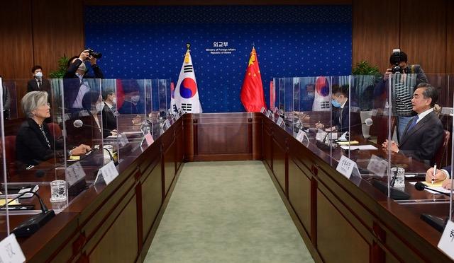 王毅与韩国外长康京和达成10项共识。(法新社)