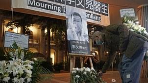 2020年2月7日香港民众在纪念李文亮医生。(美联社)
