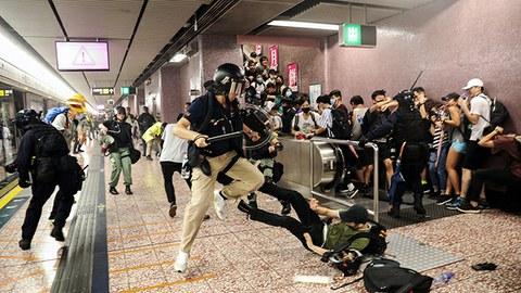 在发送中运动中,香港警察与民众发生冲突。(美联社)