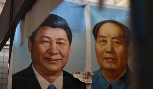 """早在今年年初,以习近平为核心的中共当局修改教科书,将中共前主席毛泽东在世期间给中国人和中共屡次造成的大灾难称为""""艰辛探索"""",尤其是将中共先前正式定为""""灾难""""和""""浩劫""""的毛泽东亲自发动的""""文化大革命"""",也归为""""艰辛探索""""的一部分。。图为北京市场上的中国国家主席习近平像和毛泽东像。(AFP图片)"""