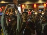 中国国庆70周年上的学生们在拍照。(美联社)
