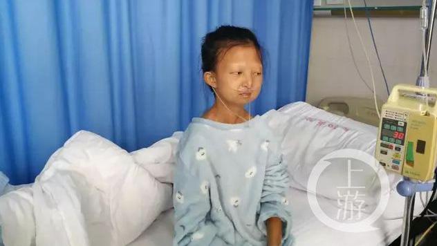 今年24岁的吴花燕,是贵州省盛华职业学院财务管理专业的三年级学生,因长期严重营养不良,她的身高仅1.35米,体重只有43斤。(Public Domain)