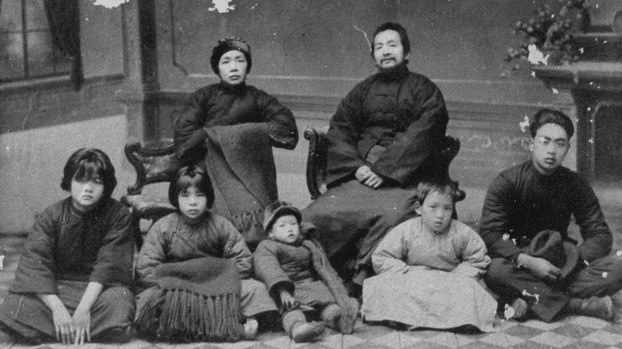 后排:唐君毅母亲陈卓仙,唐君毅父亲唐迪风;前排左起:二妹唐至中、四妹唐恂季、六妹唐继渊、五弟唐君实、唐君毅。(Public Domain)