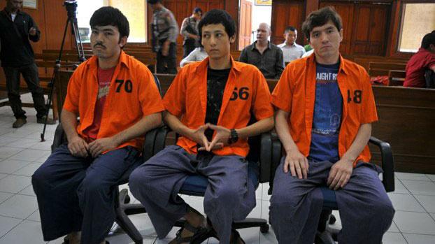 三名维吾尔人被告在印尼的法庭中。(法新社资料图片)