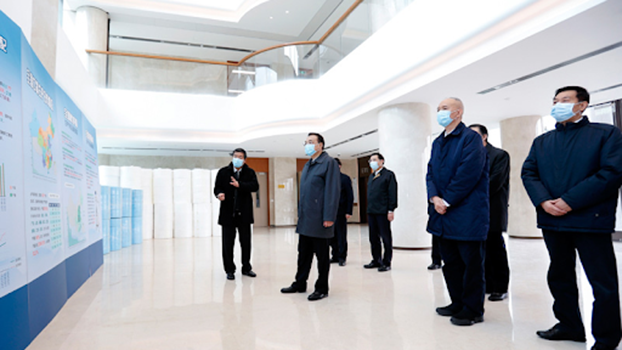 国务院总理李克强视察口罩生产。(Public Domain)