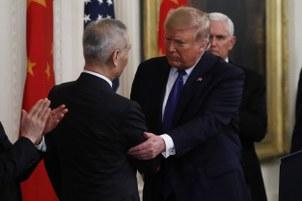 美中第一阶段贸易协议签订,图为美国总统特朗普和中国副总理刘鹤(左)握手。(美联社)