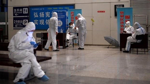 2020年3月27日,武汉火车站工作人员全副武装。(法新社)