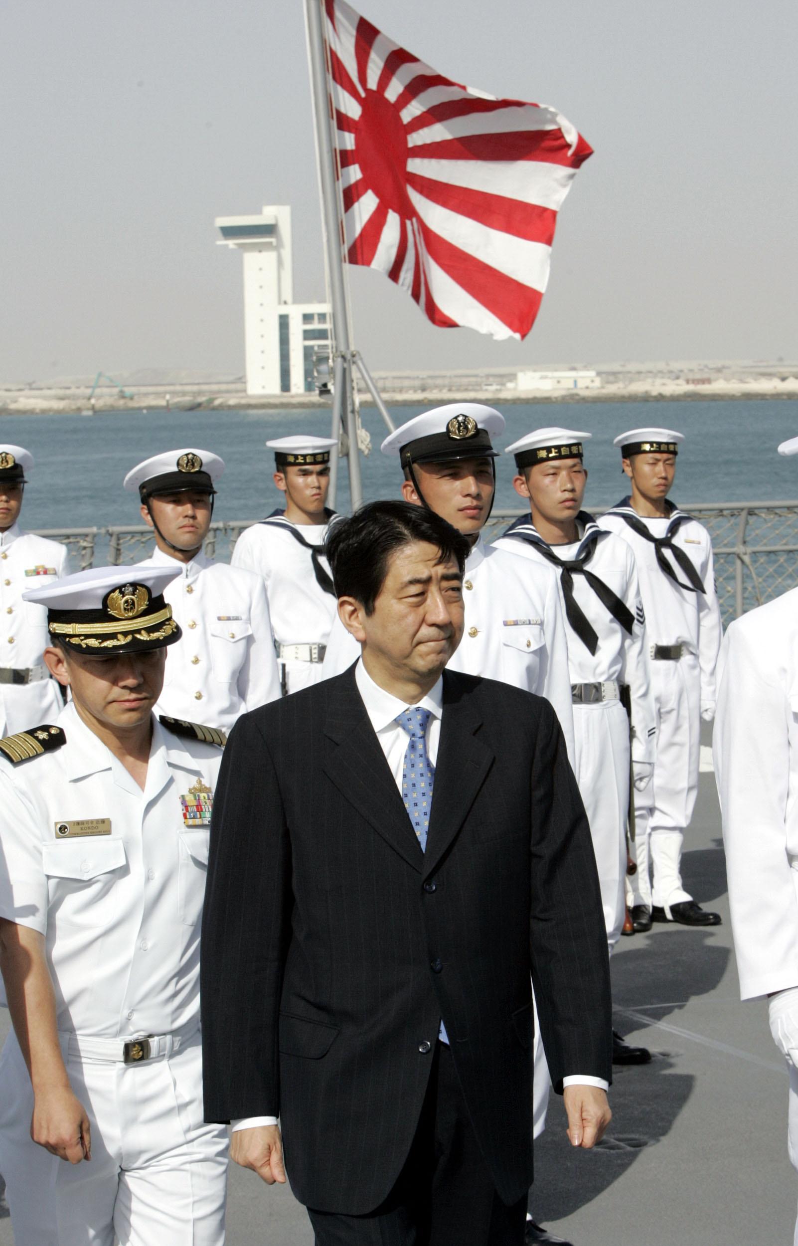 日本海上自卫队被派遣到中东执行任务,图为日本首相安倍晋三与士兵合影。(美联社)