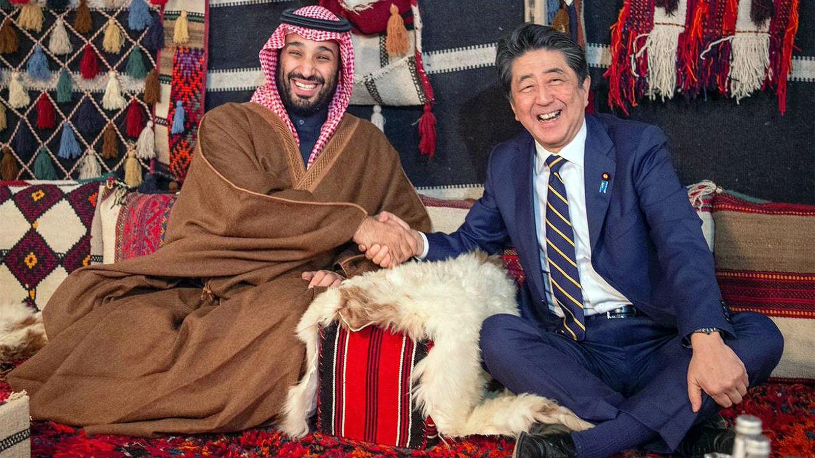 2020年1月中旬日本首相安倍展开中东3国之旅。右为安倍,左为沙特阿拉伯王储穆罕默德(Mohammed bin Salman)。(美联社)