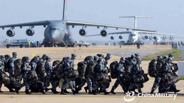 解放军医疗队赶往武汉救援,首次动用运-20大型运输机。(中国国防部)