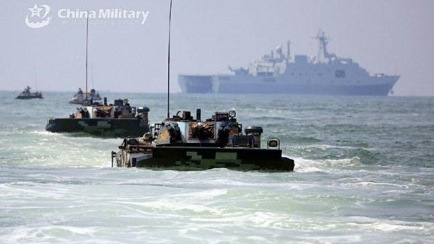 近年来解放军加强在台湾周边海域的联合演练。图为去年8月中国海军陆战队某旅进行两栖登陆对抗演练。(中国国防部)