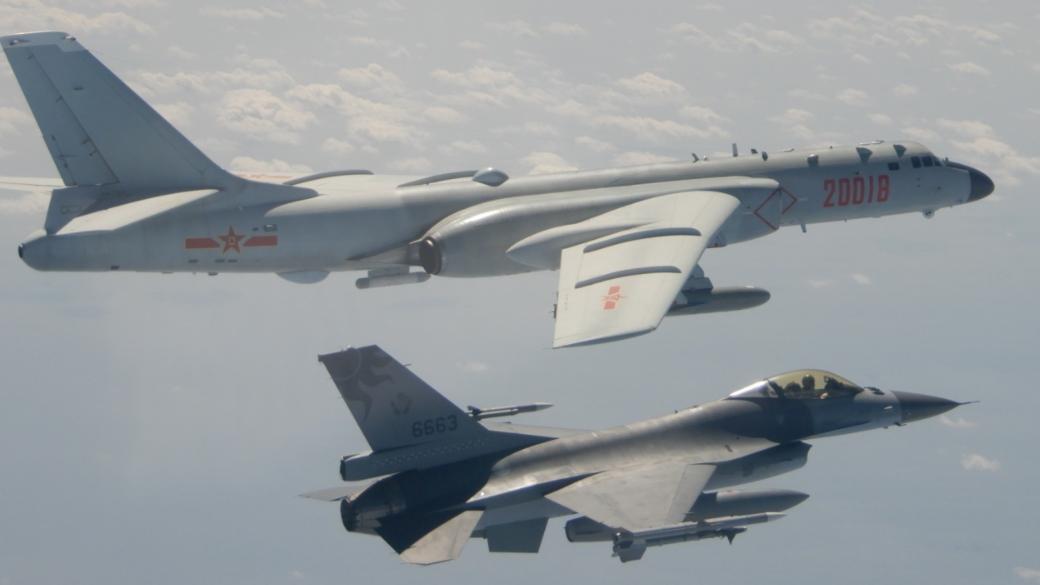 2月10日中国空军编队从巴士海峡前出西太平洋,一度短暂越过海峡中线。台湾F-16战机(下方战机)挂弹拦截驱离。上方战机为中国轰-6K轰炸机。(台湾国防部)