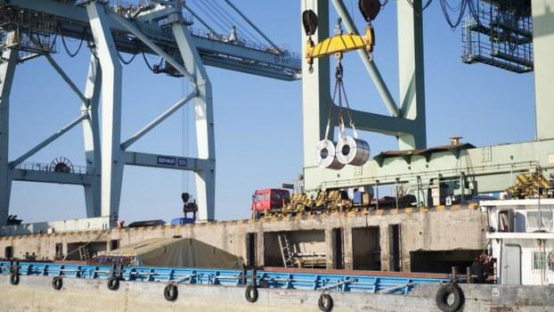 2月中旬多艘武汉钢材船抵达上海支援宝钢复工复产。(中国铁合金在线)
