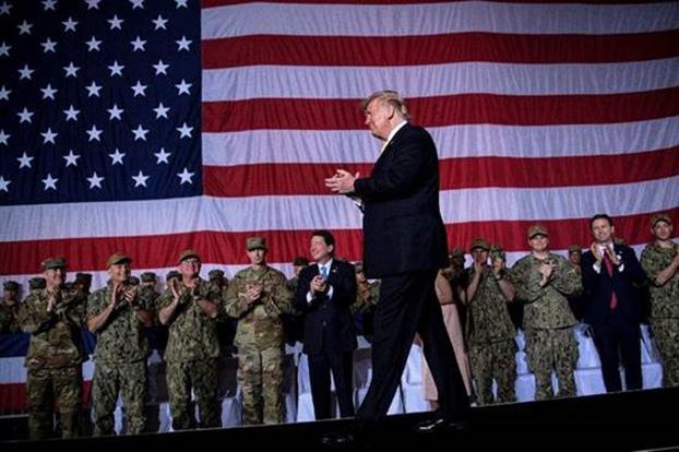 中俄联手针对美国而来。图为美国总统特朗普(Donald Trump)2019年访问日本视察驻日美军时说,美军无意失去在世界的领导地位。(AFP)