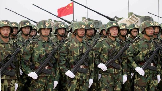2005年8月,俄中两国首次展开联合军演。图为军演中的中国士兵。(美联社)