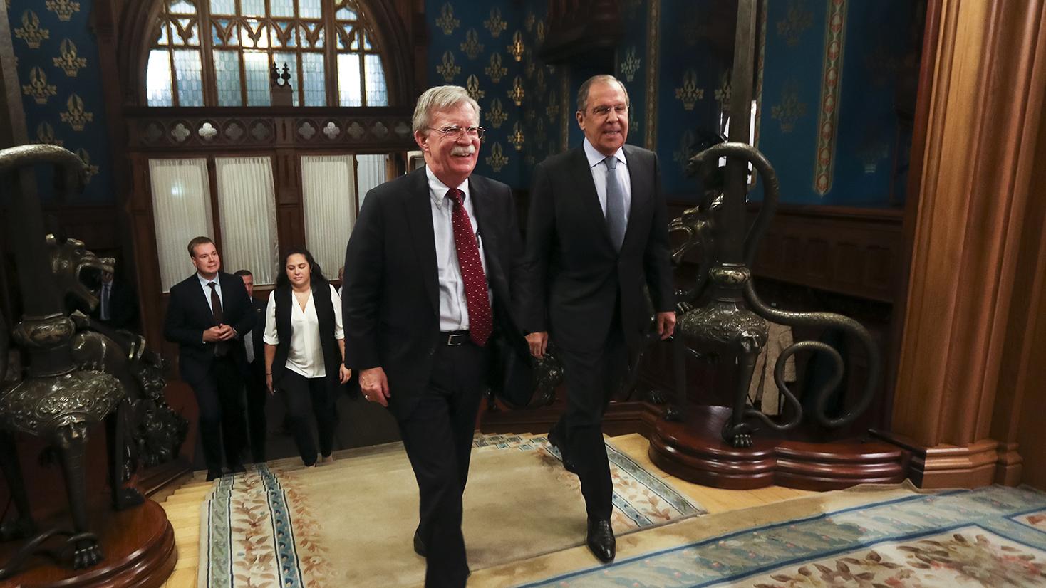 俄罗斯外交部长拉夫罗夫(Sergey Lavrov,图右)去年10月会见美国国家安全顾问波顿(John Bolton,图左)时说,俄方争取与美国签署一个「有关战略性稳定的新条约」,而且没有公开反对美国提出的多边军控机制。(AP)