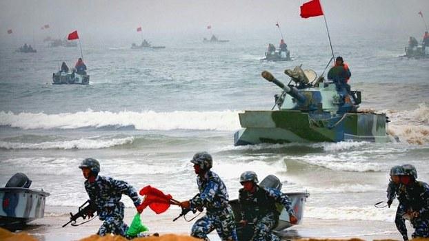 中国陆军两栖机械化部队使用两栖步兵战车举行登岛演习,提高对台火力打击与速度。(ECNS)