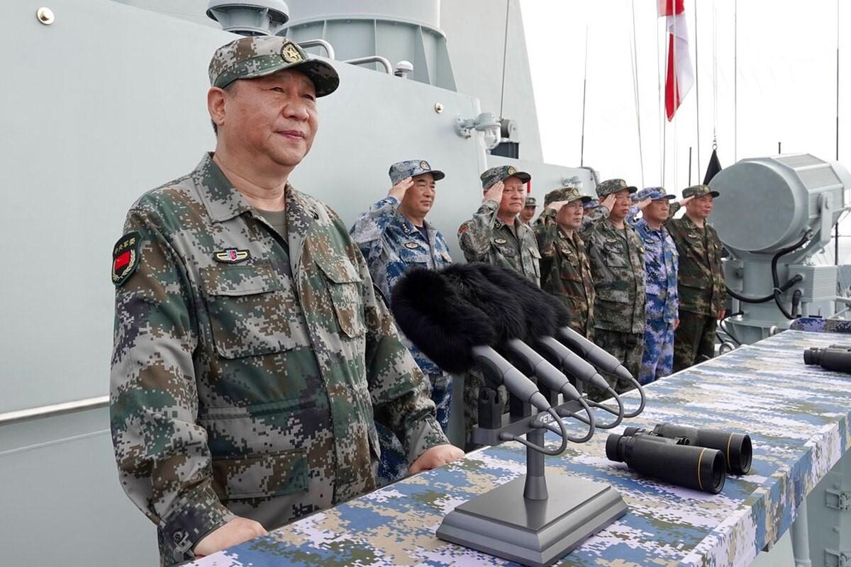 2018年4月习近平在三亚校阅海军建军迄今最大阅舰式。他说:建设海军从来没有像今天这样紧迫。他要求海军加紧实战化军事训练,保持高度戒备状态。(Li Gang/Xinhua via AP)