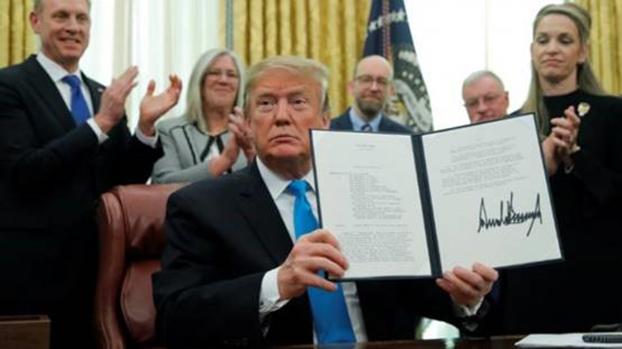 美国总统特朗普(Donald Trump)签署成立太空司令部并组建太空军。(Reuters)