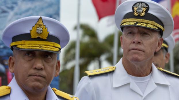 美国与东盟10国首次举行海上联合军演,由美国海军和泰国海军主导。图右/美国太平洋舰队副指挥官怀特塞尔(Kenneth Whitesell),图左/泰国皇家海军舰队参谋长查罗恩伯尔(Charoenpol Kumrasee)。(AP)