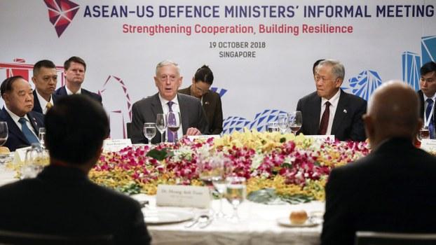 2018年10月19日,泰国巴威·翁素万上将(左起)、时任美国国防部长马蒂斯(Jim Mattis)、新加坡国防部长黄永宏在东盟和中国进行首次联合军事演习之前会面。他们商定东盟与美国也会举行军演。(美联社)