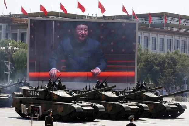 2015年的中国军演中大屏幕上展示的习近平的照片。(美联社)