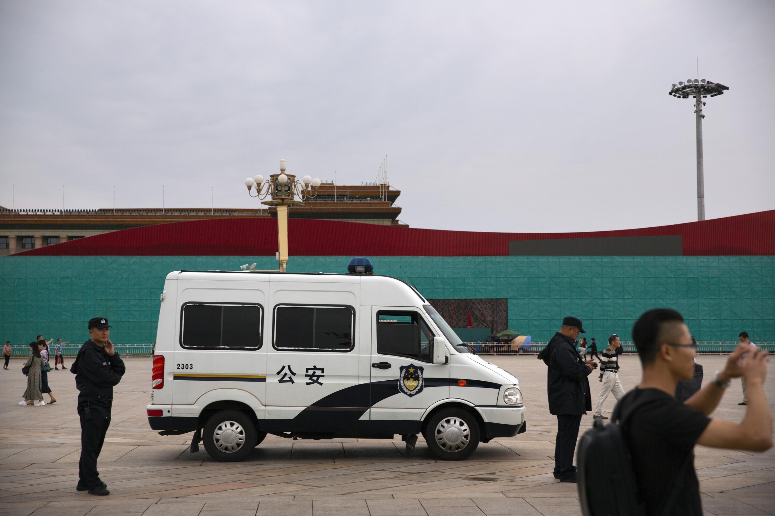 2019年9月7日,在紧张的军演准备工作中,北京长安街上警车在执勤。(美联社)
