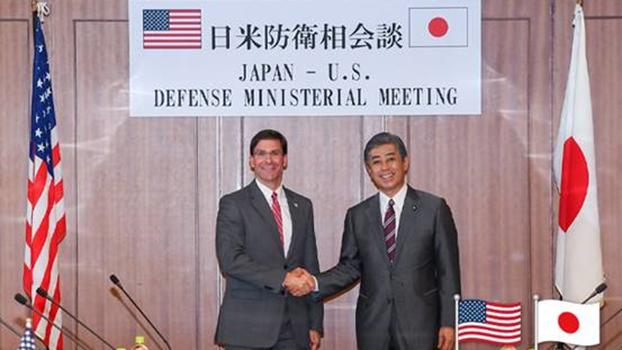 2019年8月日美防长会议,将加强双边军事合作。图左为美国防长艾斯培(Mark Esper)、图右为日本防长岩屋毅(Takeshi Iwaya)。(日本防卫省)