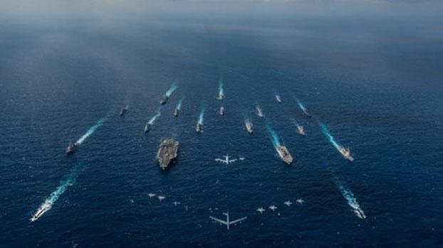 """关键是""""同谁打仗""""?解放军了解美军吗?图为2018年美国里根号航母打击群与日本自卫队在菲律宾海演习。(U.S. Navy)"""