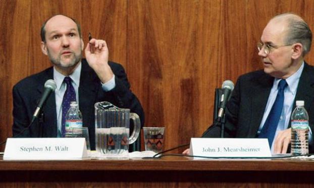 美国国际关系现实主义学派的两位代表人物:沃特(Stephen Walt/图左)和米尔斯海默(John Mearsheimer/图右)都主张美国应该采取「离岸制衡」战略。(Princeton Alumni Weekly)