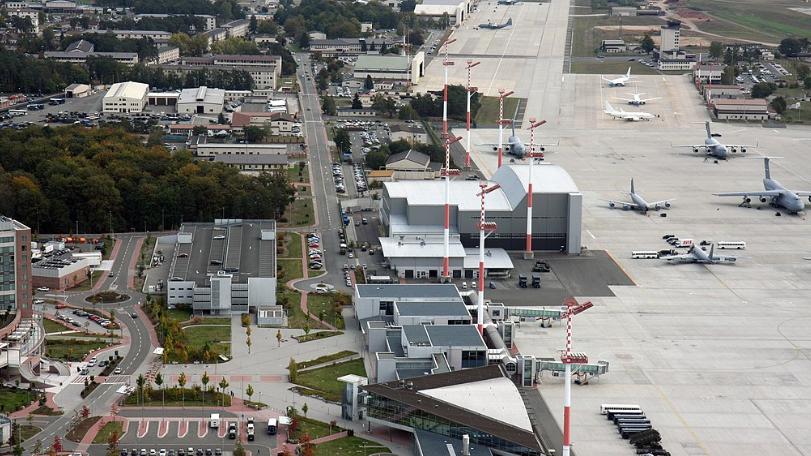美国一些国会议员已有共识,关闭在欧洲和亚洲三分之一的基地。图为美国在德国的拉姆施泰空军基地(Ramstein Air Base)。(Wikipedia)