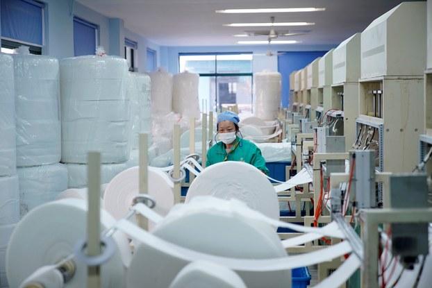 """中国的口罩供应链加速生产,被投机企业当作""""印钞机""""。(路透社)"""