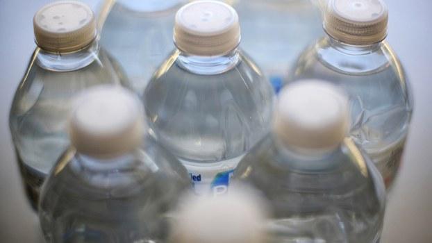 喝瓶装水真的安全吗?国际研究发现,瓶装水的微塑料含量比自来水高。(美联社)