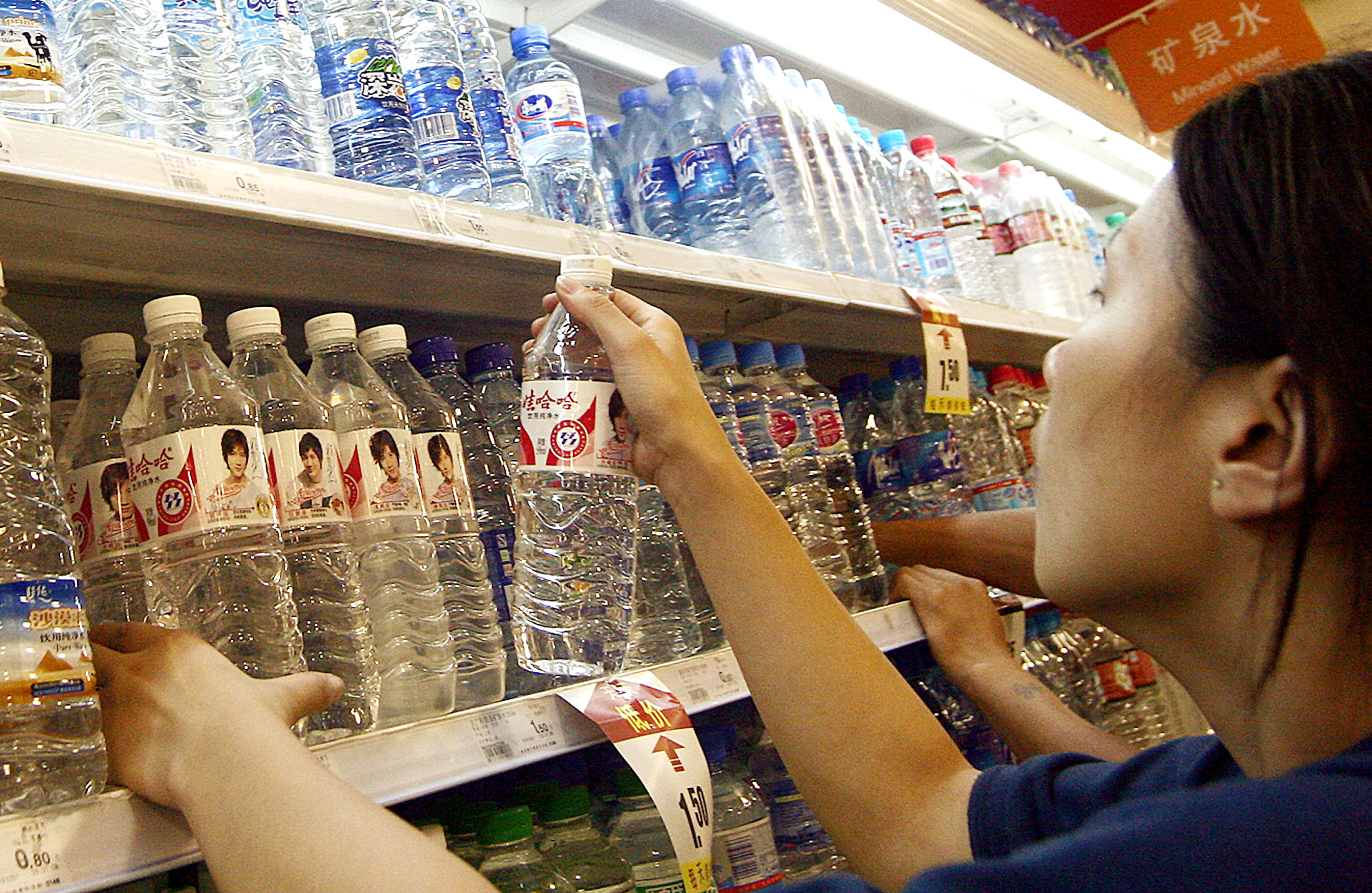 """中国知名品牌娃哈哈曾被验出""""加料"""",水中含微塑料。(美联社)"""