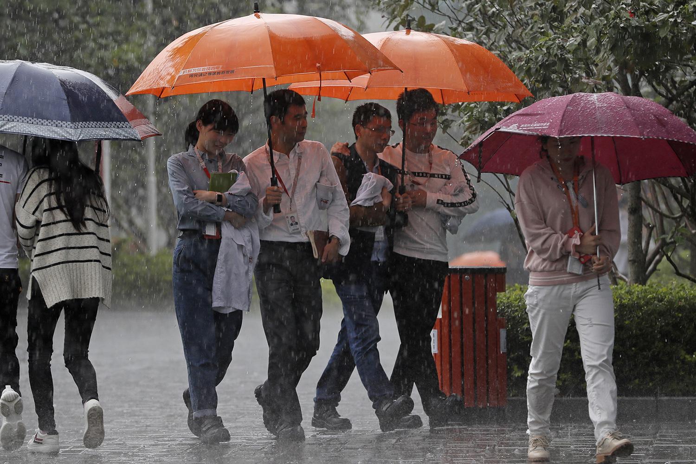 中国东莞的大气层挟带微塑料成分,微塑料随雨而下,渗入水源当中。(美联社)